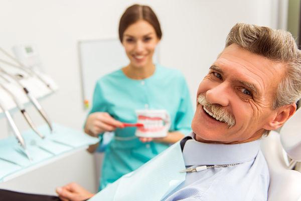Clientes altamente satisfechos al poner un implante dental